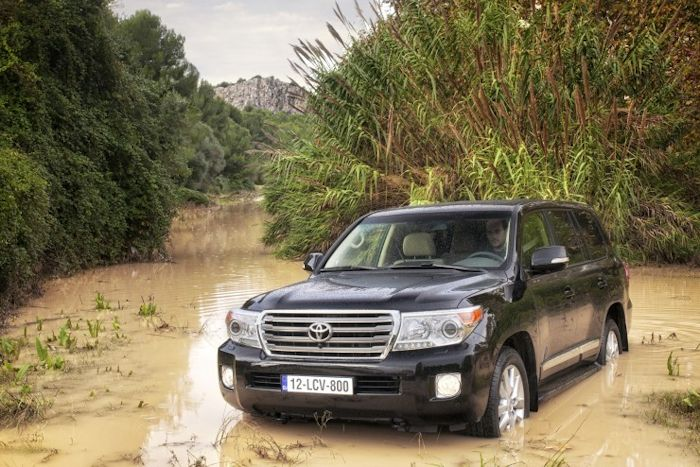 Toyota_Land_Cruiser_V8_2012_20868_lores