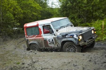 Macht sich gerne dreckig. Team Bowler Off Road mit dem eigens umgebauten Kult Geländewagen Land Rover Defender